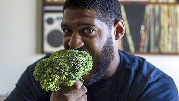 David Carter eating broccoli